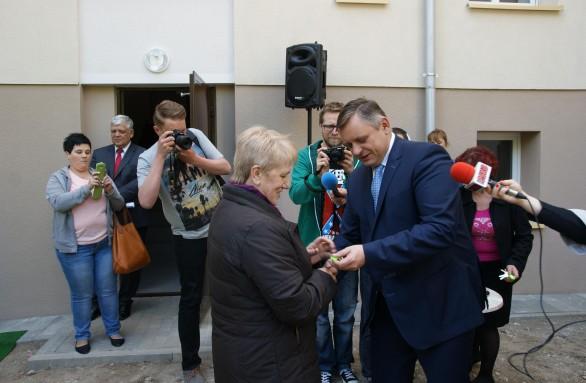 Prezydent Piotr Jedliński wręcza klucze do mieszkania