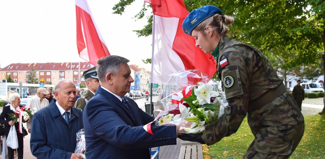 Na zdjęciu Prezydent Piotr Jedliński składający kwiaty przy pomniku