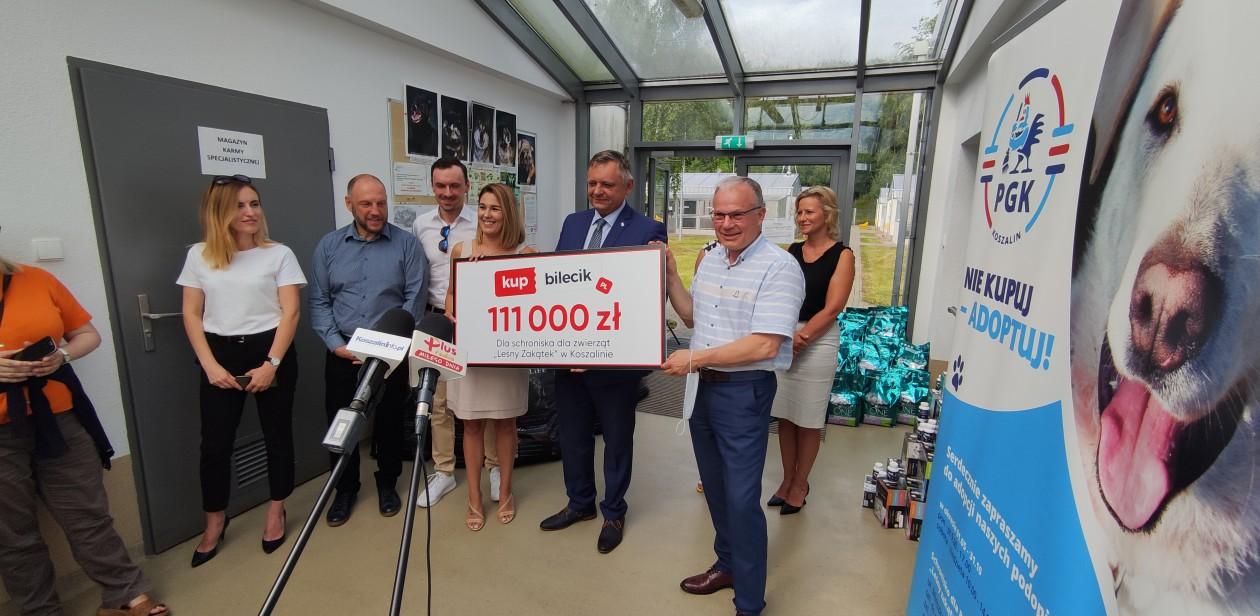 """Przekazanie darów dla podopiecznych schroniska dla bezdomnych zwierząt  """"Leśny Zakątek"""" w Koszalinie"""