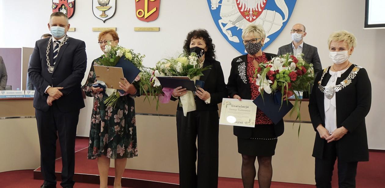 Na zdjęciu znajduje się Prezydent Miasta Koszalina, Wiceprzewodnicząca Rady Miejskiej w Koszalinie oraz medalistki