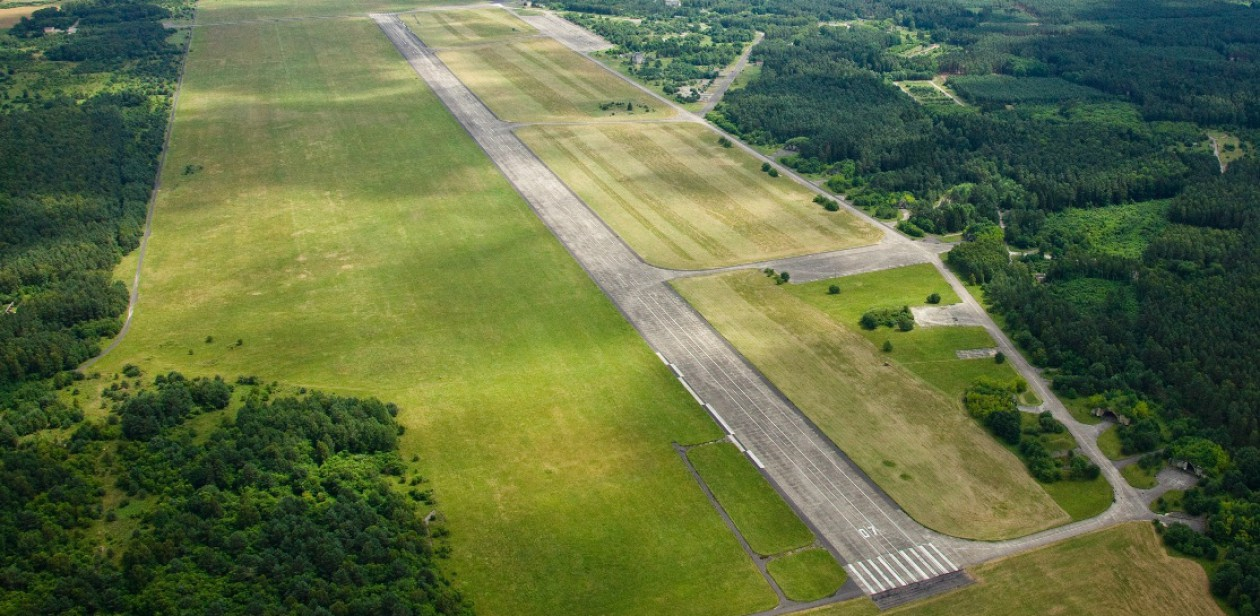 Na zdjęciu: Lotnisko w Zegrzu Pomorskim. Zdjęcie archiwalne