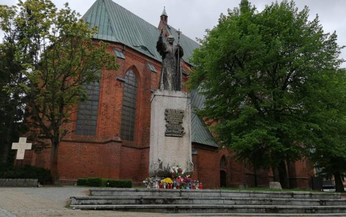 Pomnik Świętego Jana Pawła II przed Katedrą w Koszalinie