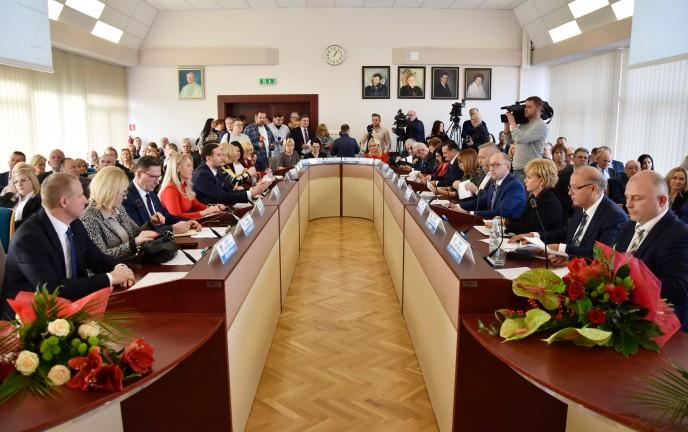 Na zdjęciu znajdują się Radni Rady Miejskiej na sali 300 Urzędu Miejskiego w Koszalinie podczas sesji