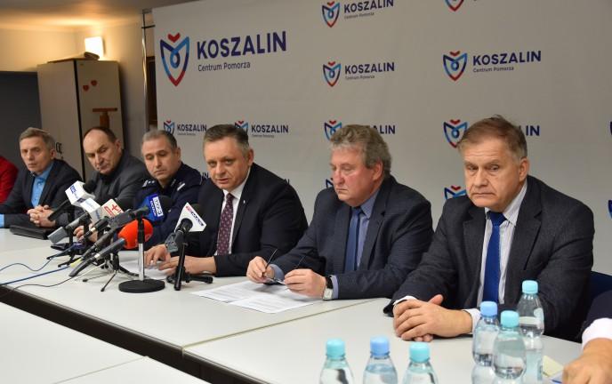 Zdjęcie z konferencji prasowej, a na nim znajduje się między innymi prezydent Miasta Piotr Jedliński, Zastępca Prezydenta Przemysław Krzyżanowski