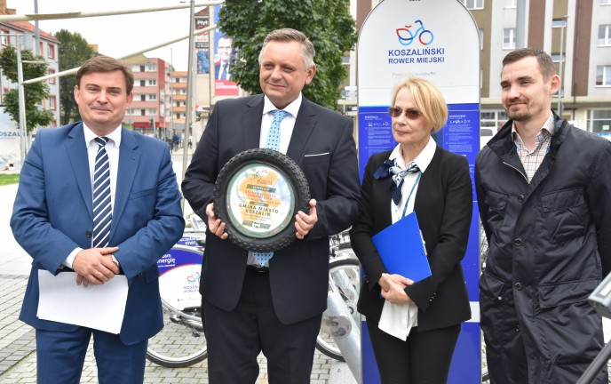 Prezydent Koszalina Piotr Jedliński z Certyfikatem Gminy Przyjaznej Rowerzystom