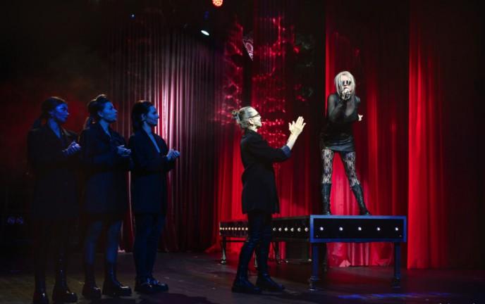 Zdjęcie ze spektaklu: Kora. Falowanie i spadanie. Fot. Izabela Rogowska/BTD Koszalin