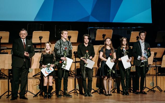 Prezydent Miasta z laureatami na scenie Filharmonii Koszalińskiej