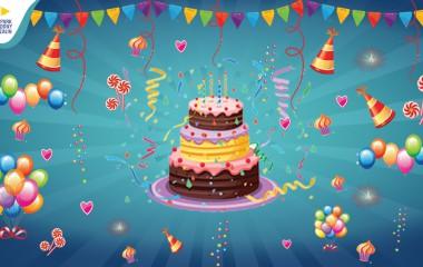 Graficznie pokazane balony urodzinowe, tort oraz serpentyny na zielonym tle