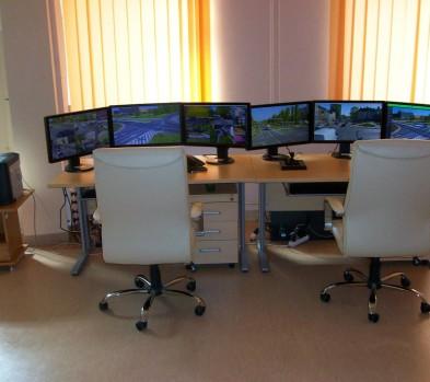 Wnętrze pomieszczenia Centrum Monitoringu Wizyjnego, w którym znajduje się 6 monitorów wyświetlających stan sytuacji panującej na wybranych skrzyżowaniach drogowych zlokalizowanych w różnych punktach miasta