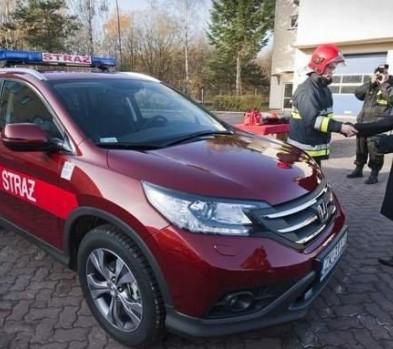 Samochód operacyjny straży pożarnej z wyposażeniem do analizy rozpoznania zagrożeń.